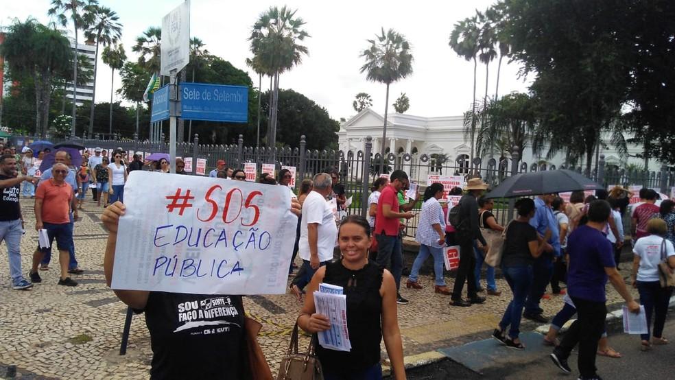 PROFESSORES DA REDE ESTADUAL FAZEM PROTESTO E DEFLAGRAM GREVE NO PIAUÍ